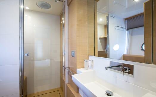 Motor Yacht Igele washroom