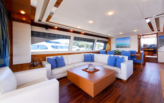 Motor Yacht Dee Dee Lee living area