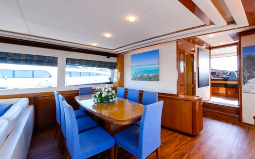 Motor Yacht Dee Dee Lee dining area