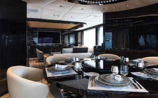 Motor Yacht 1OF7 dining table