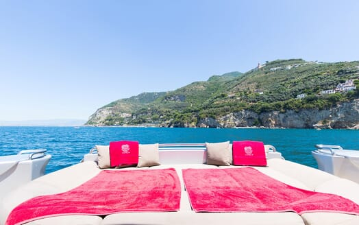 Motor Yacht Cinque sun loungers
