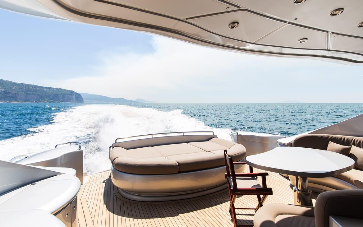 Motor Yacht Cinque outdoor seating area