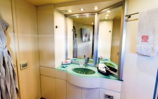 Motor Yacht Cinque bathroom