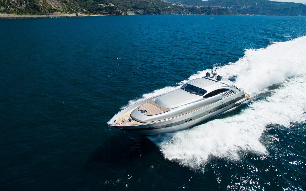 Motor Yacht Cinque running shot