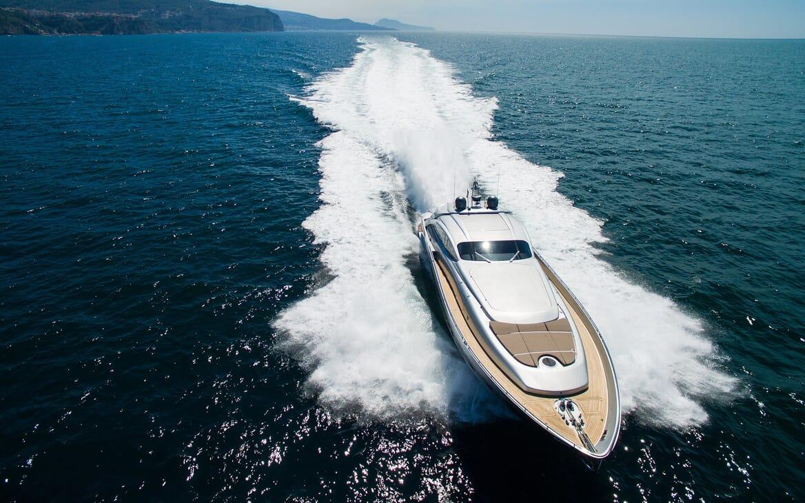 Motor Yacht Cinque cruising