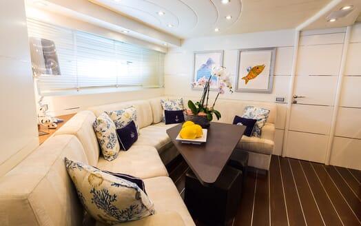 Motor Yacht Cinque salon
