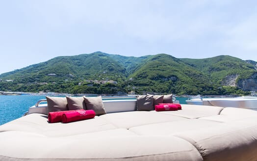 Motor Yacht Cinque sun loungers