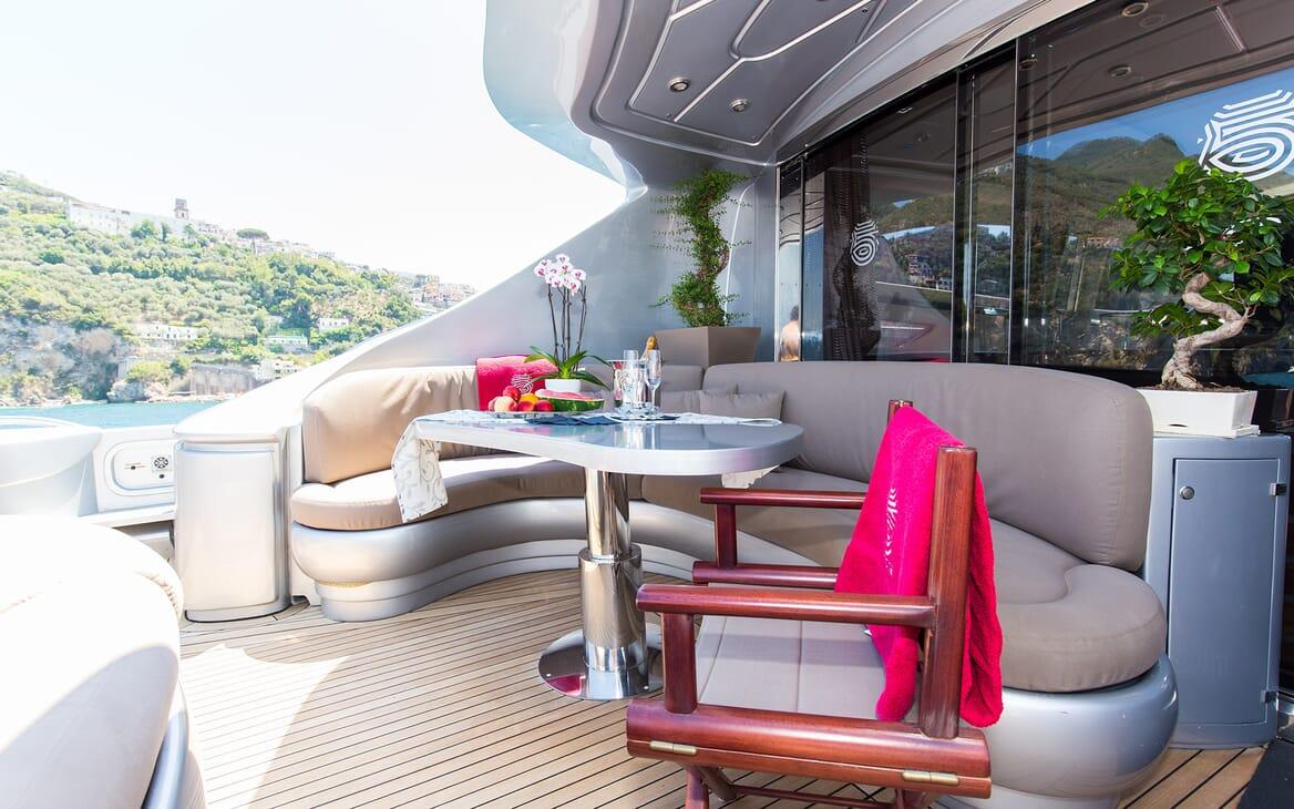 Motor Yacht Cinque outdoor seating
