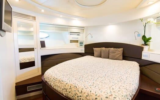 Motor Yacht Cinque guest cabin