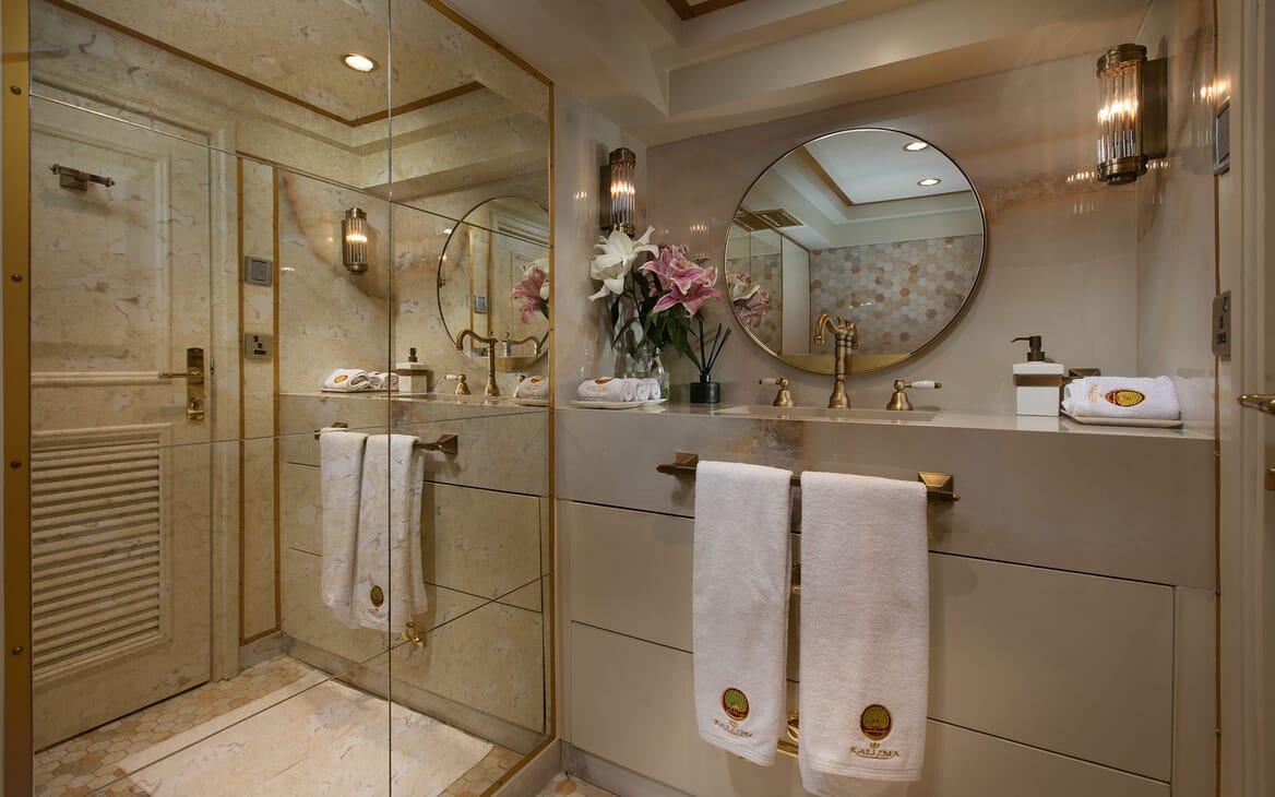 Motor Yacht KALIZMA Guest Bathroom