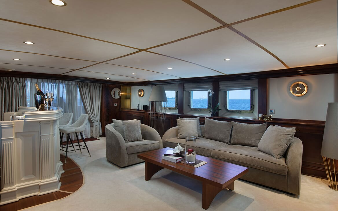 Motor Yacht KALIZMA Salon and Bar