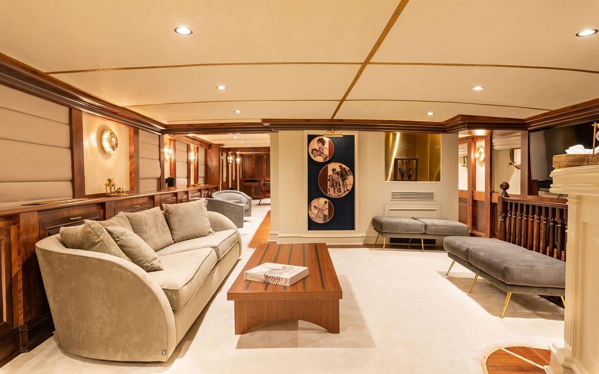 Motor Yacht KALIZMA Main Deck Salon