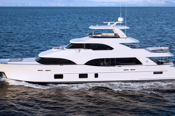 Motor Yacht Sugaray cruising