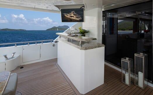 Motor Yacht Sugaray bar area