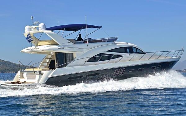 Motor Yacht WAVE MASTER Profile Underway