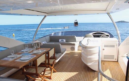 Motor Yacht Mia flydeck