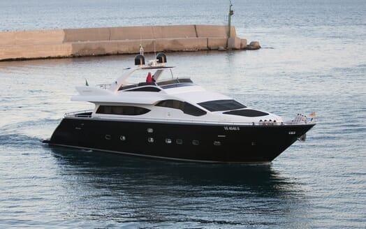 Motor Yacht Seven Stars cruising
