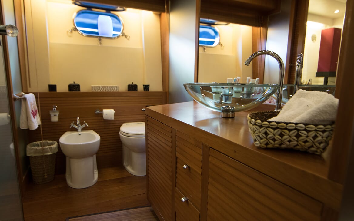Motor Yacht Seven Stars bathroom