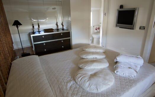 Motor Yacht Seven Stars guest cabin