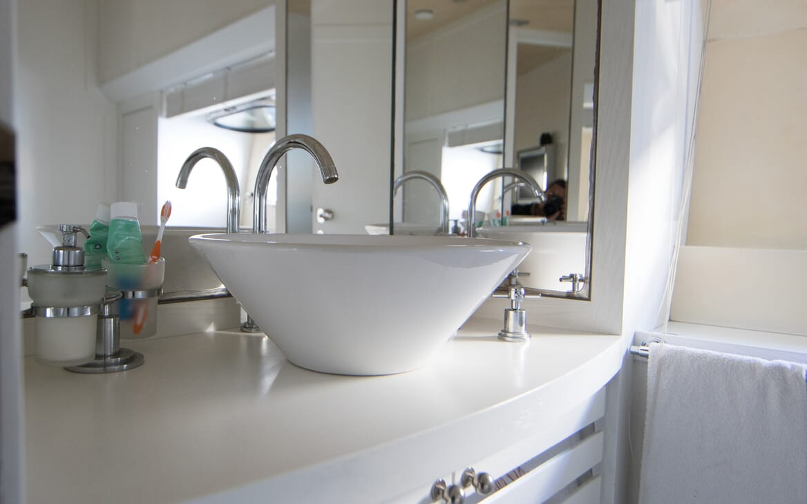 Motor Yacht Seven Stars guest bathroom