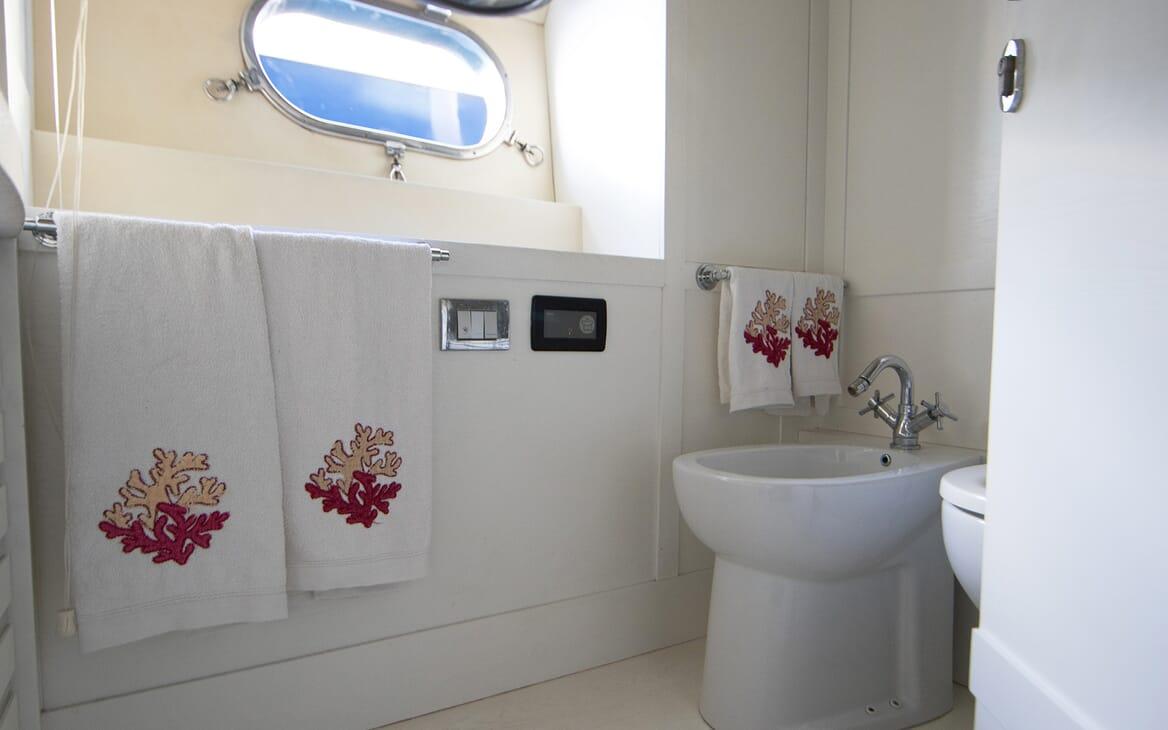 Motor Yacht Seven Stars washroom