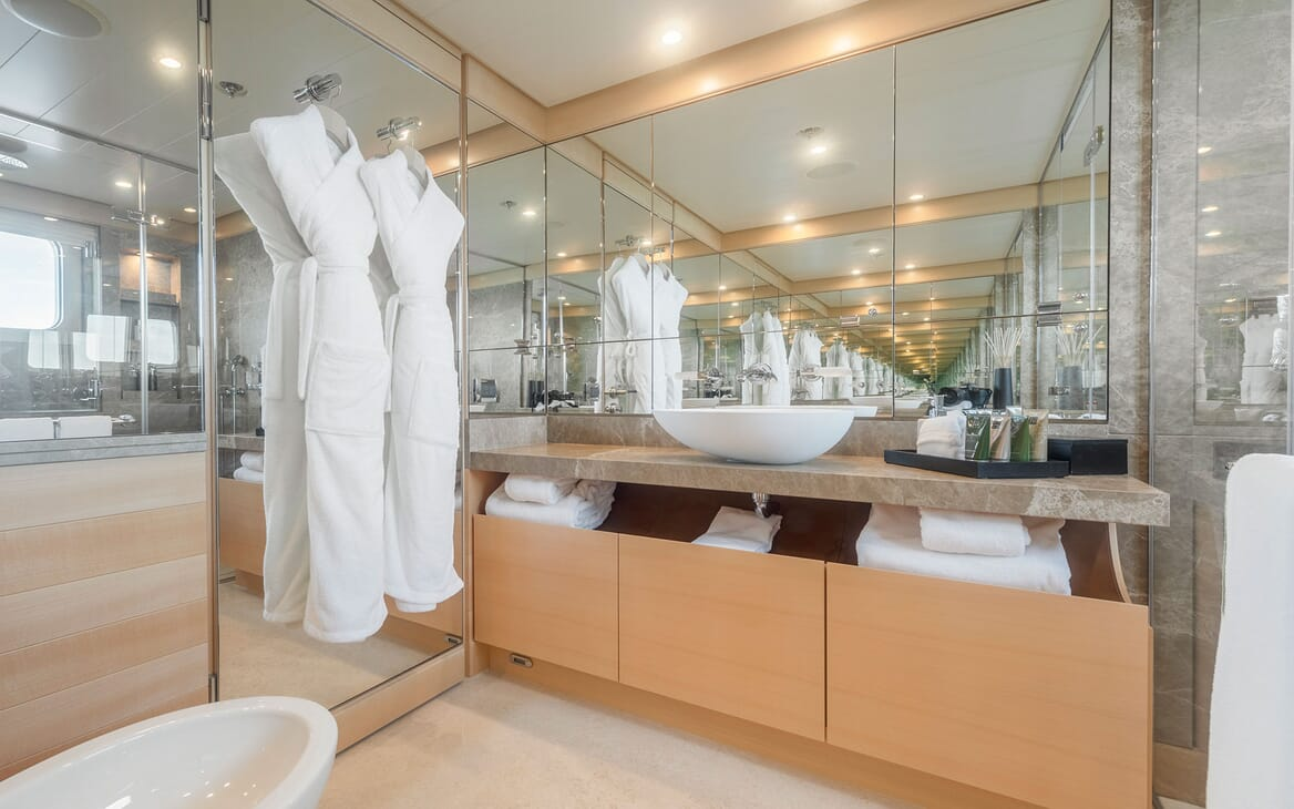 Motor yacht Spirit ensuite with mirrors and white towels