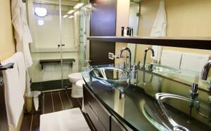 Motor Yacht Anche No master bathroom
