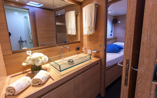 Sailing Yacht Inti3 guest bathroom