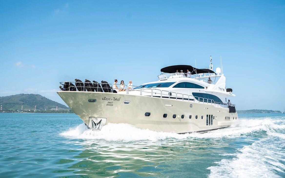 Motor Yacht MIA KAI Bow Running