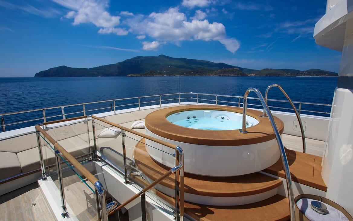 Motor Yacht Aslec 4 hot tub