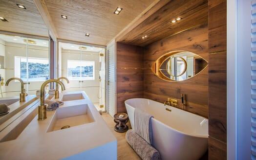 Motor Yacht Mimi La Sardine Master Washroom