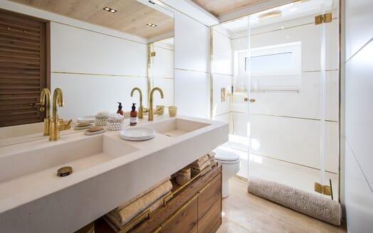 Motor Yacht Mimi La Sardine Guest Double Bathroom