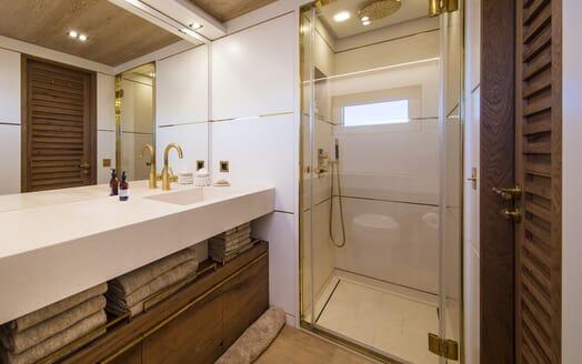 Motor Yacht Mimi La Sardine Guest Bathroom 2