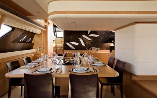 Motor Yacht MAXI BEER Dining Table
