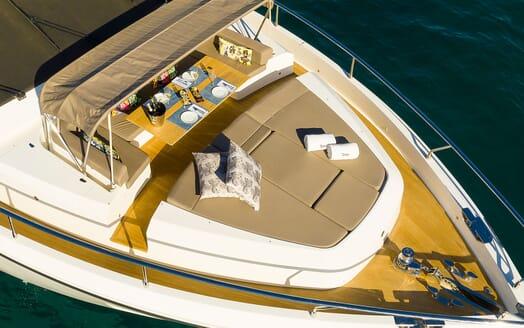 Motor Yacht Sky champagne