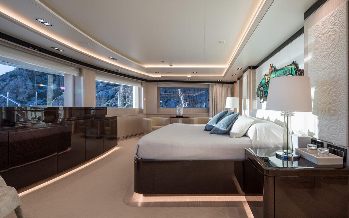 Motor yacht Optasia running bedroom