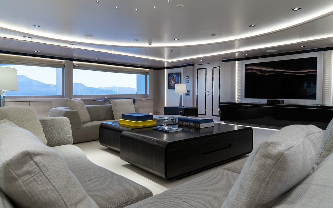 Motor yacht Optasia running lounge