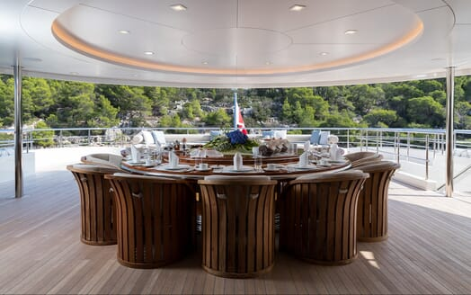 Motor yacht Optasia running alfresco dining