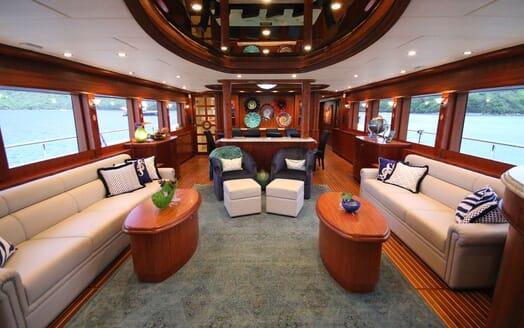 Motor Yacht Lone Star Main Saloon