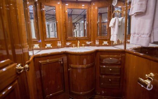 Motor Yacht Little Pipe bathroom