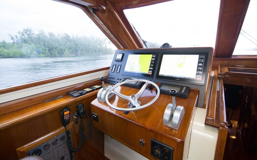 Motor Yacht Little Pipe controls
