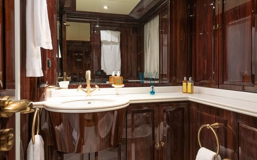 Motor Yacht BLUE MAGIC Guest Stateroom Bathroom