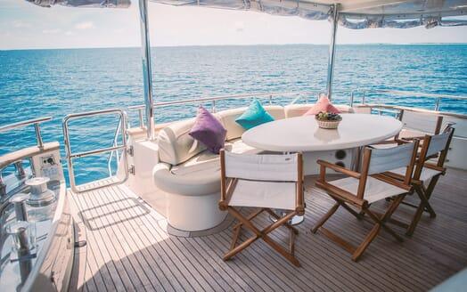 Motor Yacht Nawaimmaa outside seating