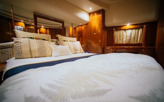 Motor Yacht Nawaimmaa guest cabin