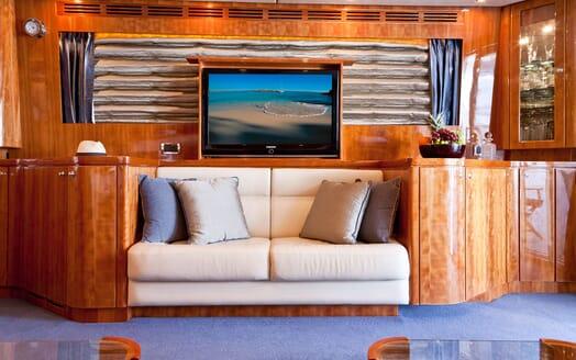 Motor Yacht SAMARIC Saloon TV