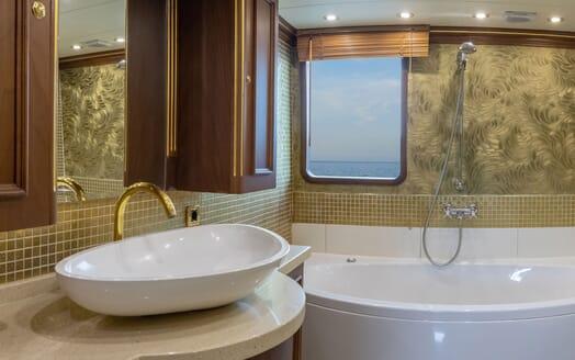 Motor Yacht ELISEA NOVA Gust Bathroom