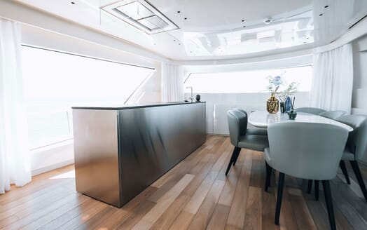 Motor Yacht COCO DE MER Dining Table and Bar