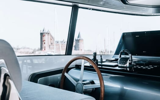 Motor Yacht COCO DE MER Wheelhouse