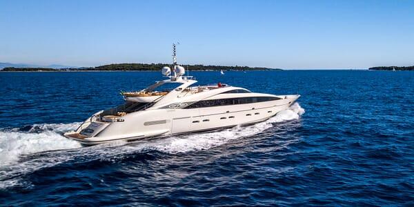 Motor Yacht GEMIMI hero shot on water