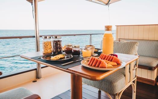 Motor Yacht KUDANIL Al Fresco Breakfast